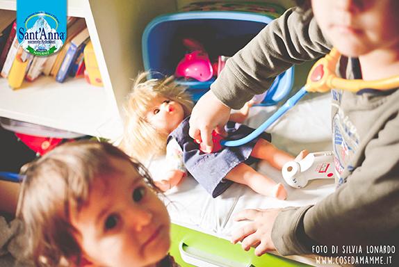 Distrarre i bambini malati giocando dottore