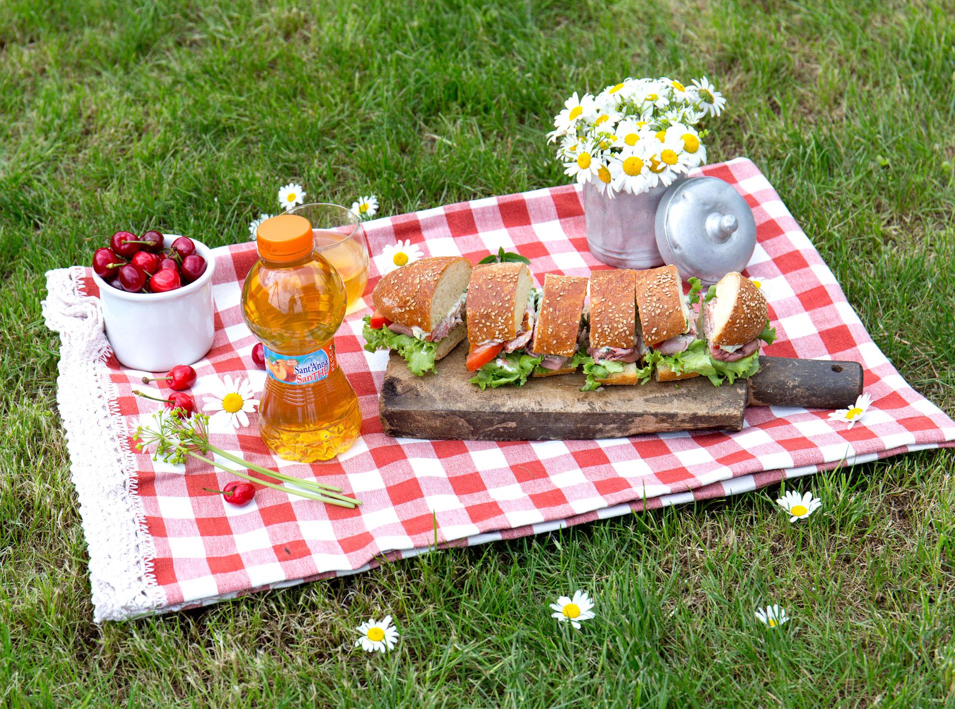 Picnic con sandwich, ciliegie e SanThè alla pesca