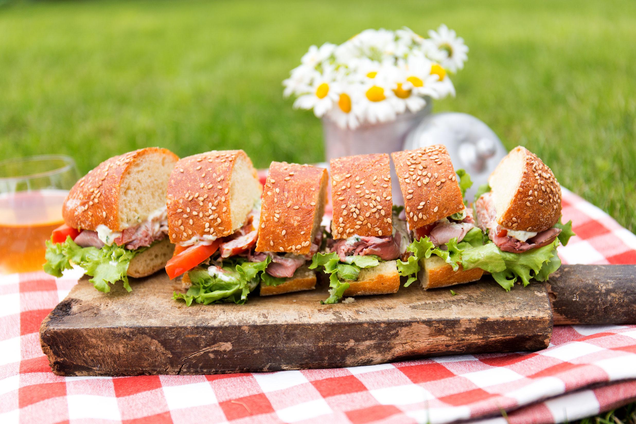 Sandwich ripieno di manzo, maionese, pomodori, insalata