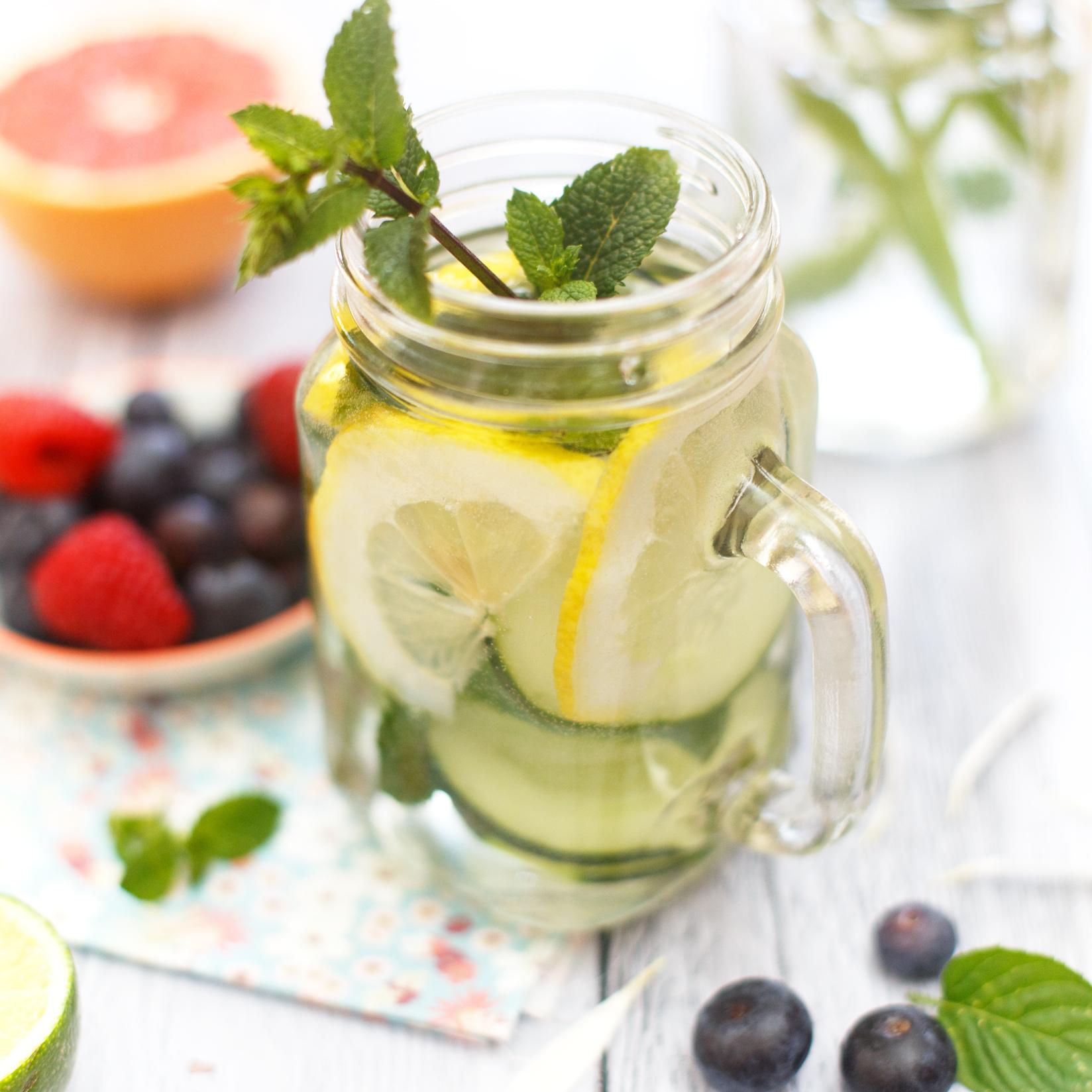 Acqua aromatizzata con limone, menta e frutta fresca