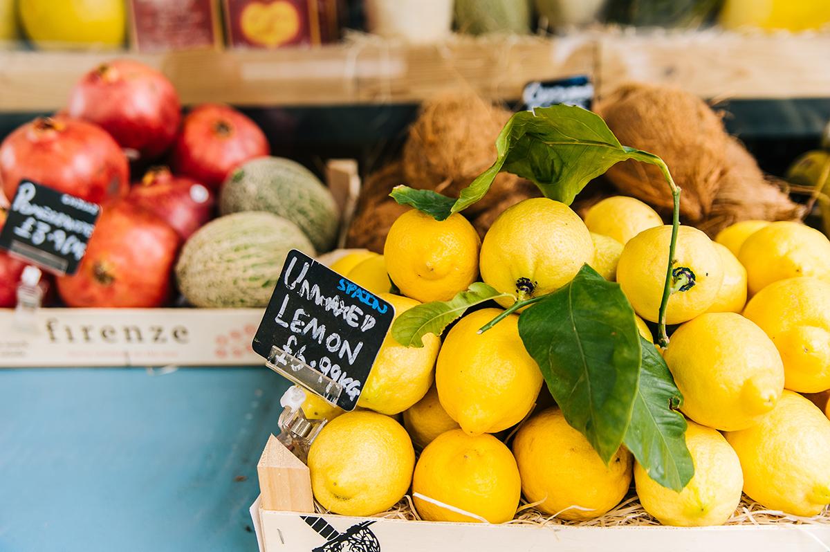 Limone freschi e frutta al mercato