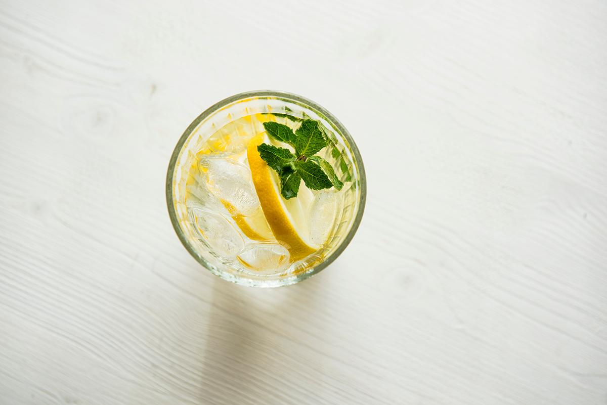 Acqua aromatizzata con menta e limone