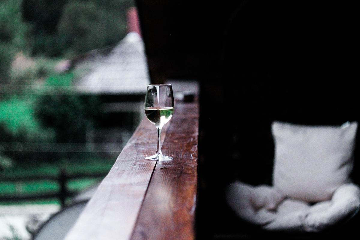Bancone bar con bicchiere di acqua minerale