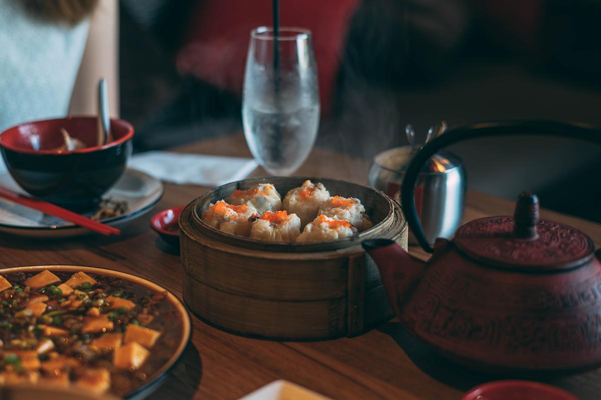 Pranzo etnico cucina asiatica con bicchiere acqua minerale