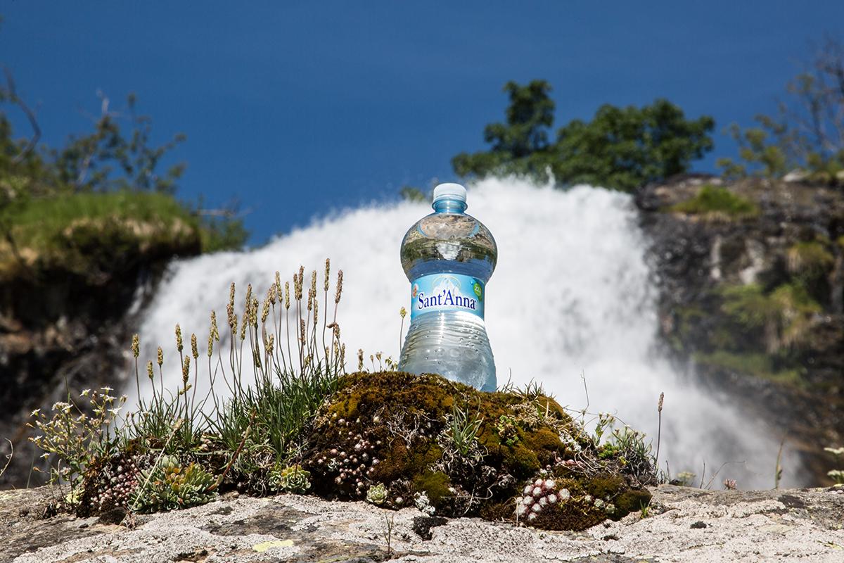 Bottiglia di Acqua Sant'Anna con etichetta presso la fonte