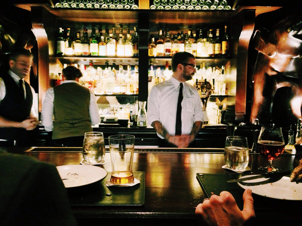 Barista dietro bancone bar